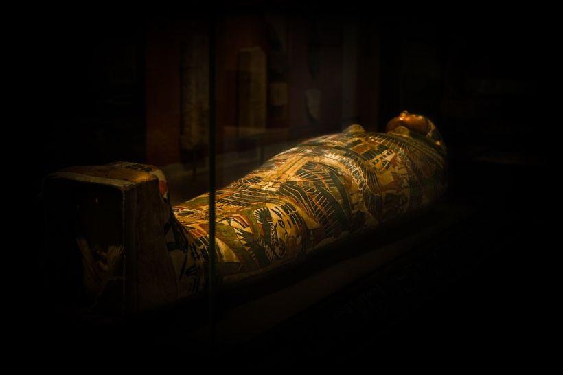 Descubren ocho momias en una antigua tumba de Egipto