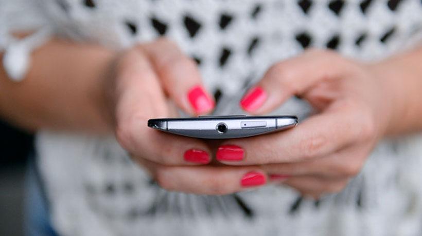Más de la mitad de los chilenos se fija en el material del celular por sobre su precio, según encuesta
