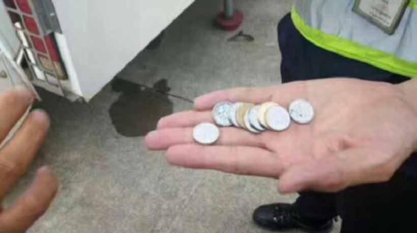 Lanzó monedas al motor de un avión para tener suerte