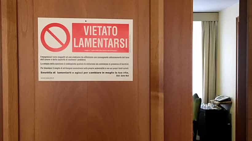 El curioso letrero que el Papa Francisco colgó en su puerta