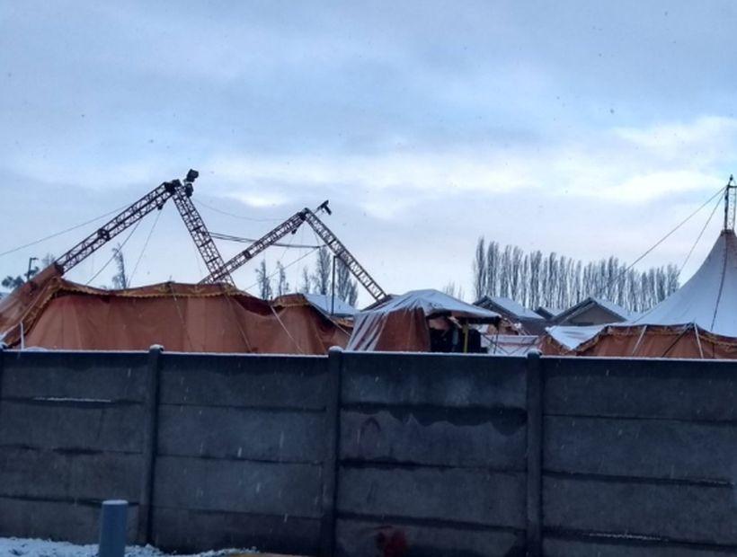 Carpas de circo no soportaron el peso de la nieve y terminaron en el suelo en Santiago