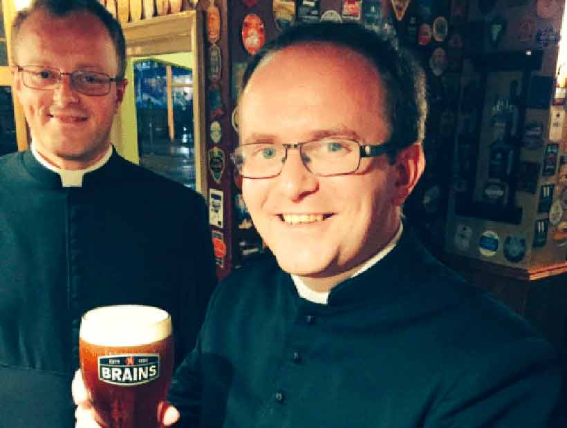 Un bar no dejó entrar a unos sacerdotes porque creyeron que estaban disfrazados