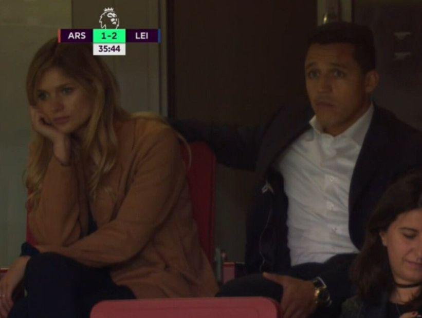 ¿Aburridos del partido?: Alexis Sánchez y Mayte Rodríguez miraron el debut del Arsenal en la Premier