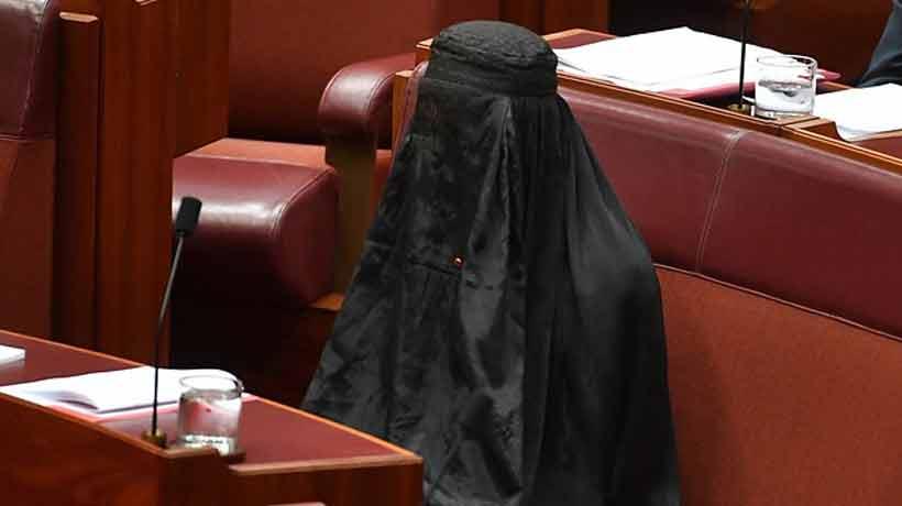Una senadora ultraconservadora fue al Parlamento australiano con burka