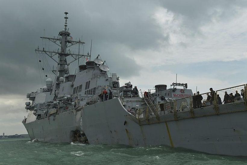 Encontraron cuerpos de marinos en parte sellada del buque de EEUU que chocó con un petrolero