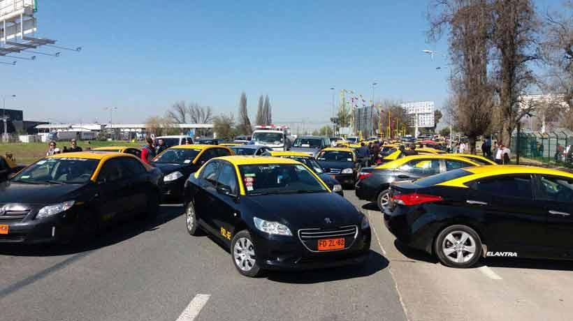 Más de 150 taxistas son investigados por Carabineros por protesta en el aeropuerto