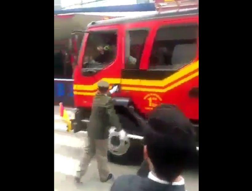 [VIDEO] Conductor se bajó de un carro de bomberos para saludar en un desfile