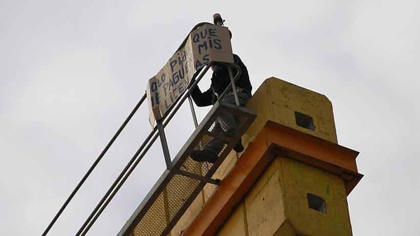 Trabajador del Transantiago protesta sobre grúa en construcción de Línea 3