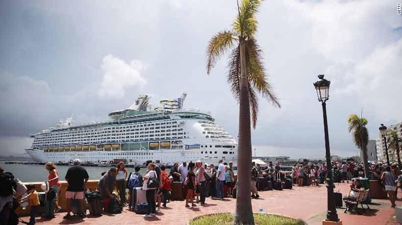 Multitud se agolpó para abordar crucero y salir de Puerto Rico tras el huracán María