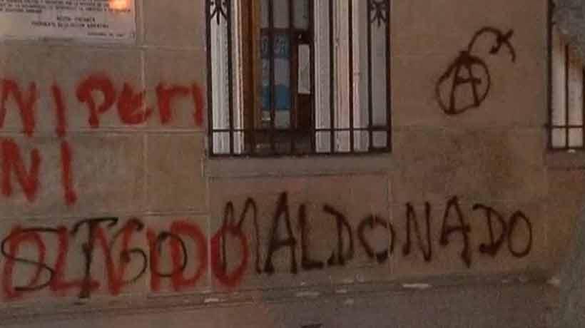 Encapuchados atacaron embajada de Argentina en protesta por la muerte de Santiago Maldonado
