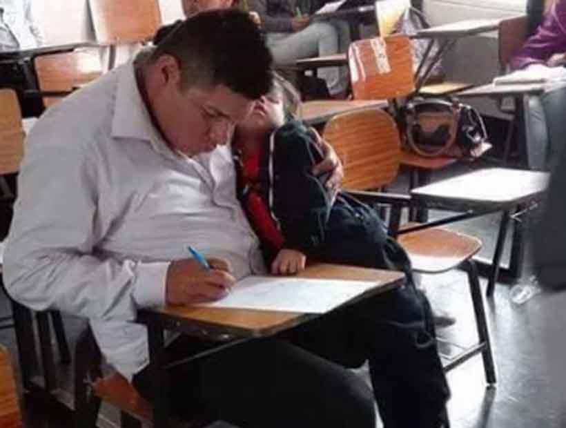 Padre rindiendo un examen con su hijo en brazos emocionó a las redes