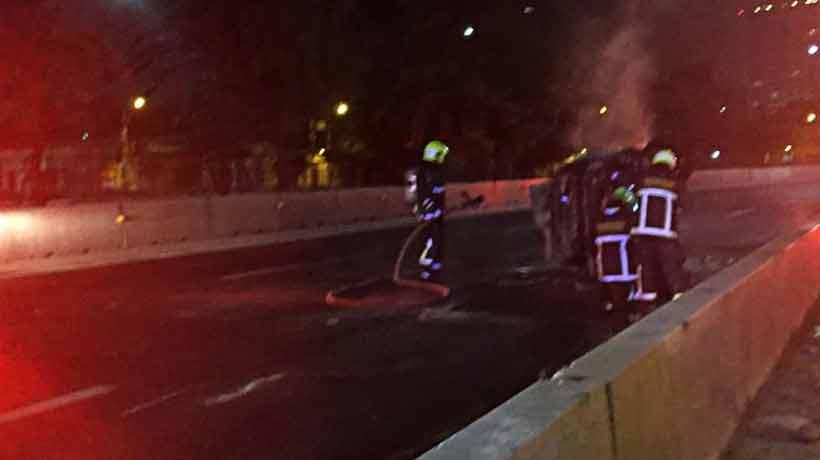 Un auto volcó y se incendió en la Autopista Central
