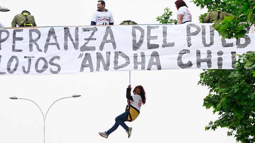 Integrantes de Andha Chile protestaron sobre una pasarela en el centro de Santiago