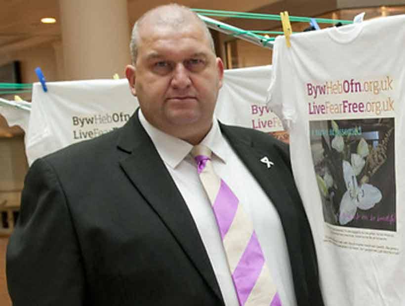 Encontraron muerto a político británico investigado por casos de abuso sexual