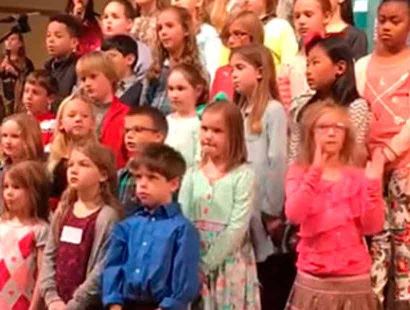 Niña eclipsa a sus compañeros del coro de la iglesia con desenfrenado baile