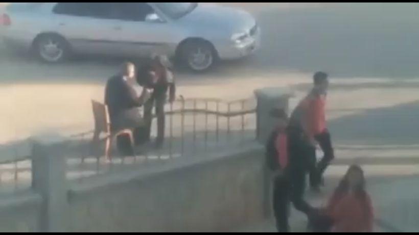 [VIDEO] Indignación por alumnos que deben besar la mano del director de su colegio para poder ingresar a clases