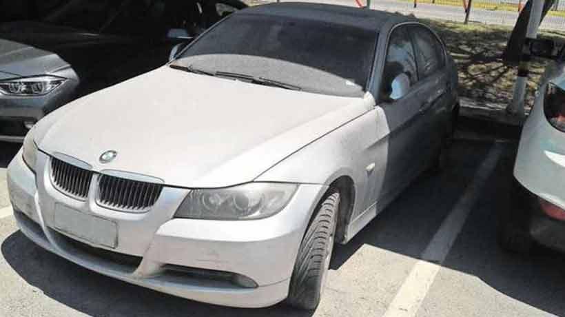 Auto abandonado en el aeropuerto de Santiago registra 106 multas no pagadas