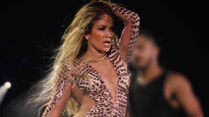 Criticaron a Jennifer Lopez por atrevidos atuendos durante show en Dubai