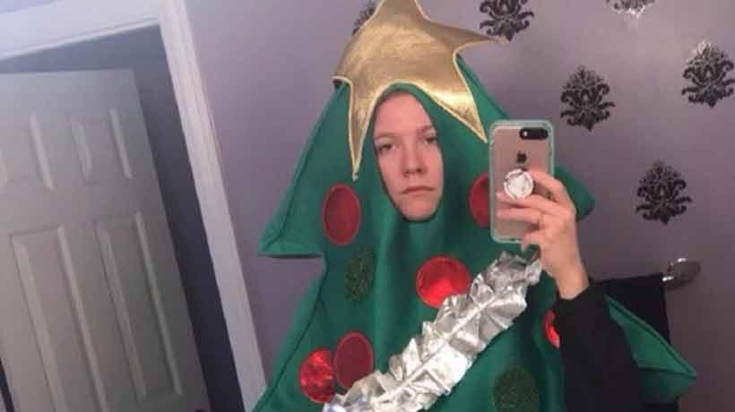 Fue disfrazada de árbol de Navidad a la universidad tras perder desafío