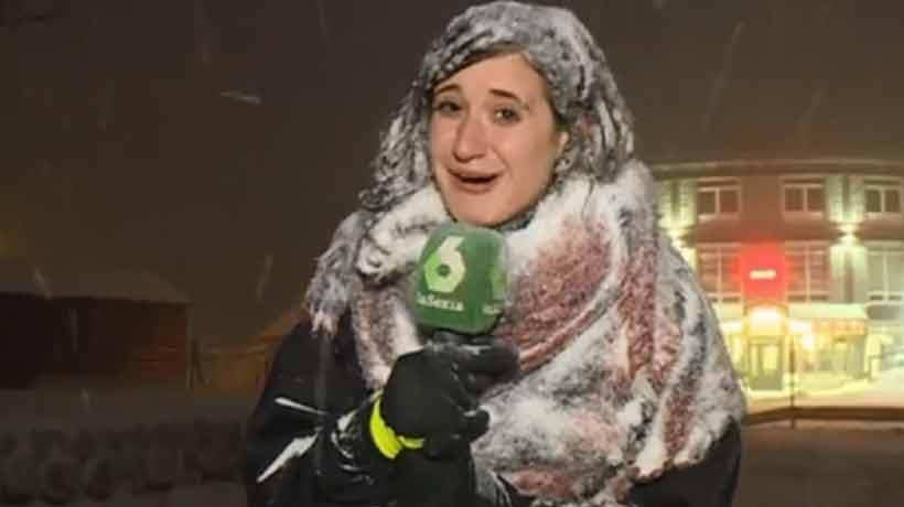 Periodista transmitió casi enterrada en la nieve y fue blanco de bromas