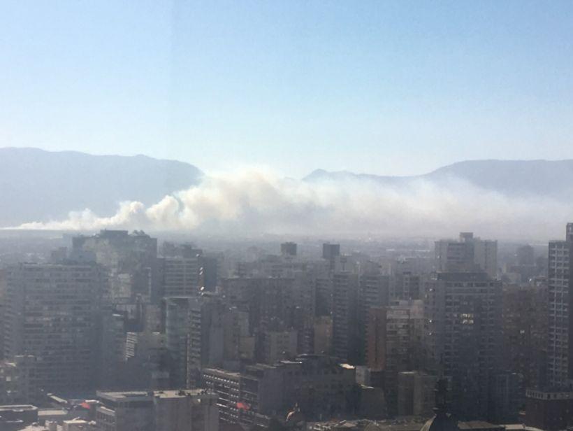 Incendio de pastizales cerca del aeropuerto se ve de diferentes puntos de la capital