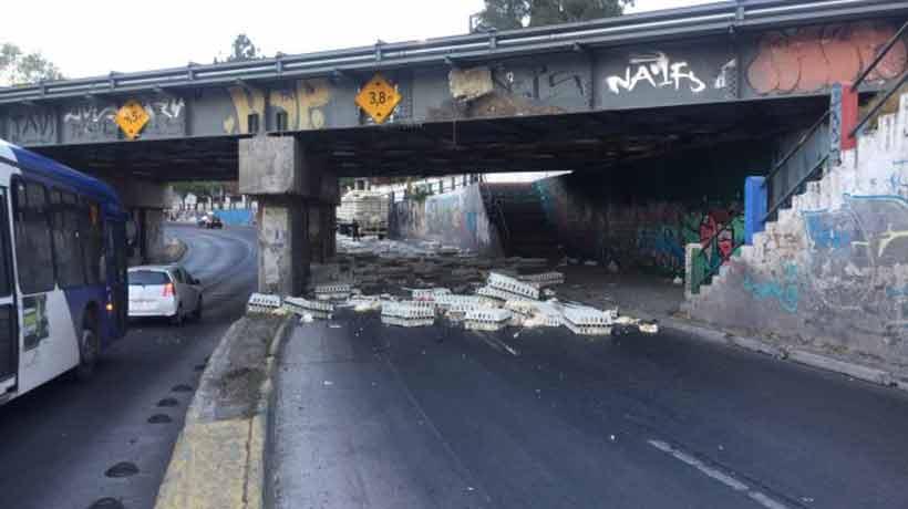 Camión con pollos chocó con paso bajo nivel en San Bernardo