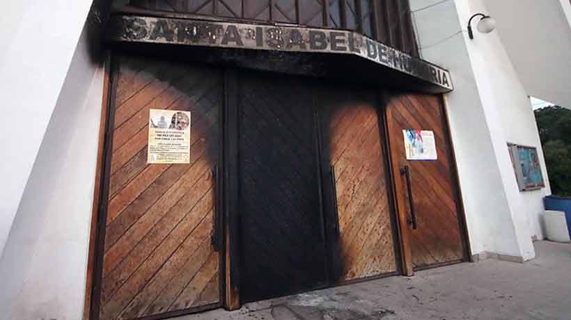 Atacaron tres iglesias en Santiago y dejaron mensajes contra el Papa