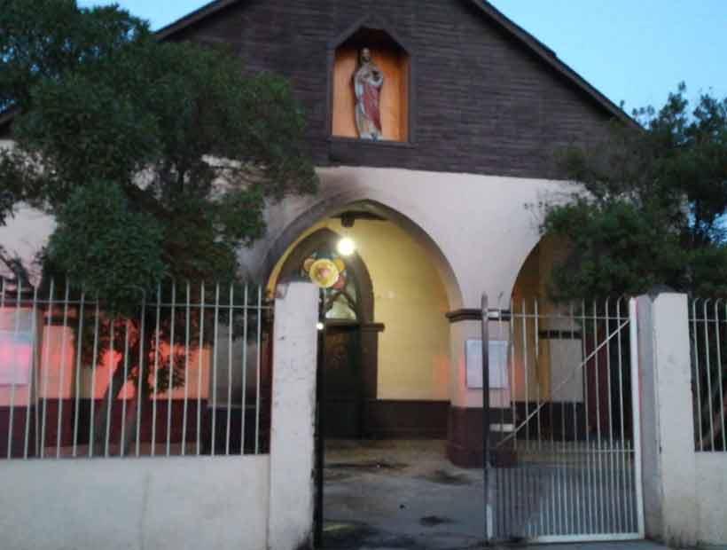 Investigan ataque incendiario contra iglesia en Lo Espejo