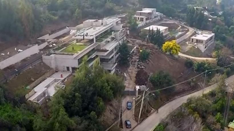 Denuncian explotación de inmigrantes tras muerte de obrero colombiano en construcción de casa de Alexis Sánchez en Lo Curro