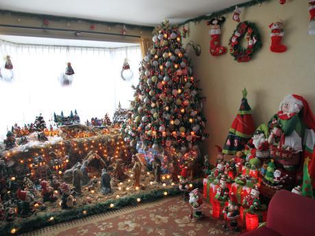 f3a1245d0f3 Una comerciante de Puerto Montt tiene su casa llena de árboles navideños y  pesebres
