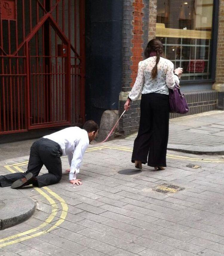Inaudito  mujer pasea a un hombre con correa por las calles de Londres e3751ddde945