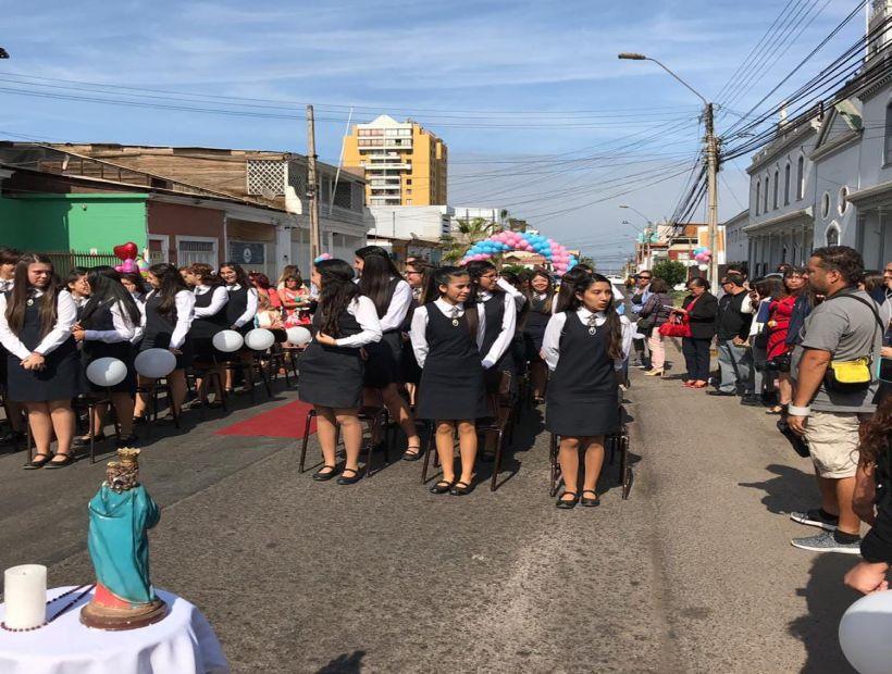 5a5e2ef0c0 Ceremonia de despedida de estudiantes del Colegio María Auxiliadora de  Iquique se realizó en la calle. (Apoderados)