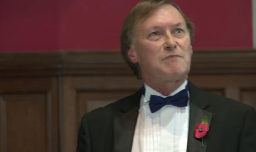 Murió diputado conservador británico apuñalado en encuentro con ciudadanos